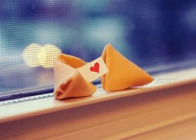 爱情说说配图:原来,爱情只是宿命摆下的一个局