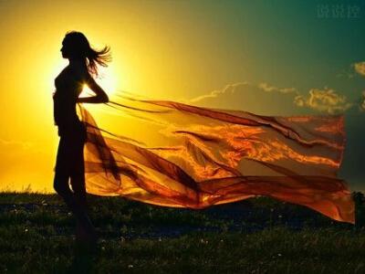 经典励志说说:你的负担将变成礼物,你受的苦将照亮你的路